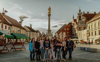 5.A in 5.B na sprehodu po Mariboru in ogledu razstave 'Črte' v Vitrinjskem dvoru