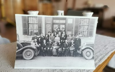 Razstava starih poročnih fotografij in torbic v ℜℯTRO sobi.